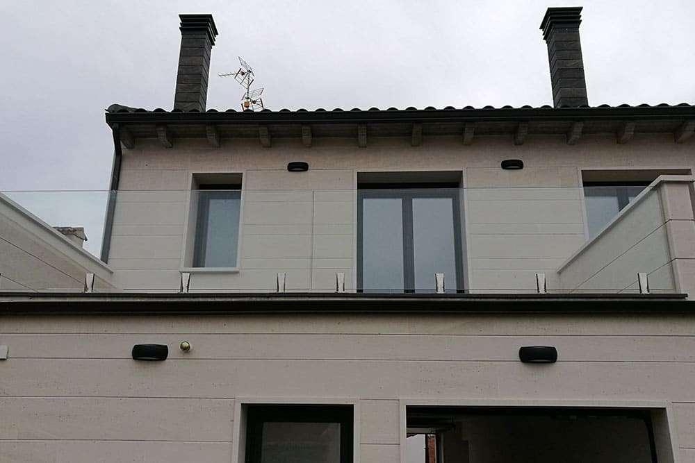 Balcón con pared de cristal
