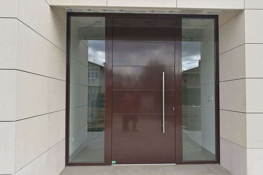 Puerta de entrada con ventanal